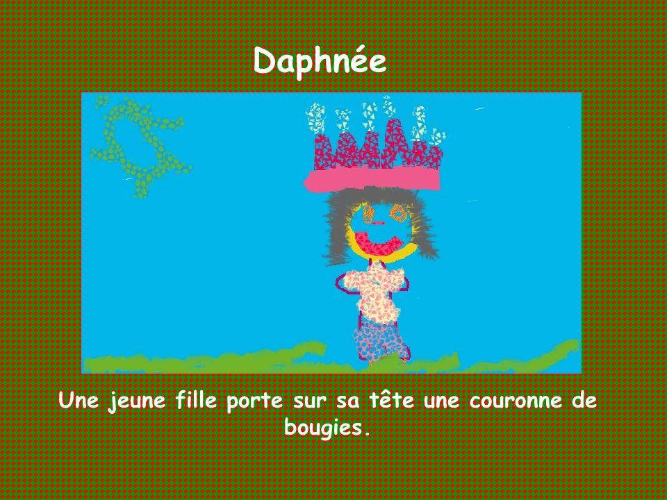 Daphnée Une jeune fille porte sur sa tête une couronne de bougies.