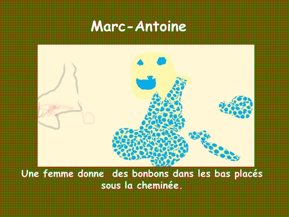 Marc-Antoine Une femme donne des bonbons dans les bas placés sous la cheminée.