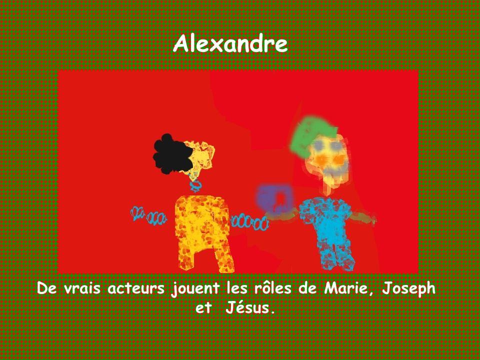 Alexandre De vrais acteurs jouent les rôles de Marie, Joseph et Jésus.