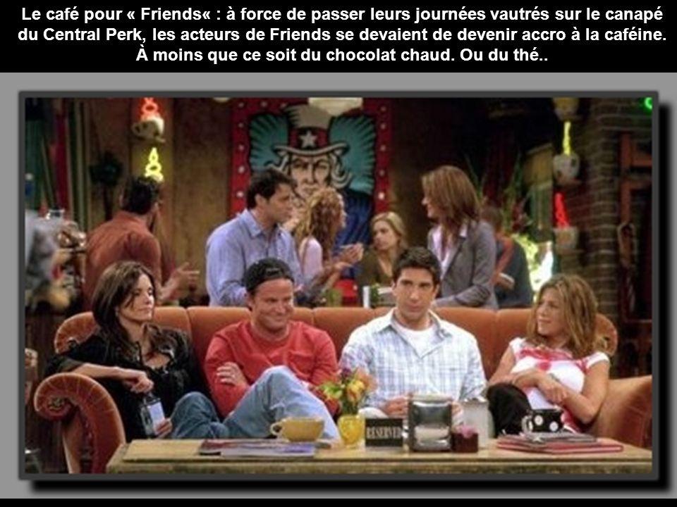 Le café pour « Friends« : à force de passer leurs journées vautrés sur le canapé du Central Perk, les acteurs de Friends se devaient de devenir accro à la caféine.