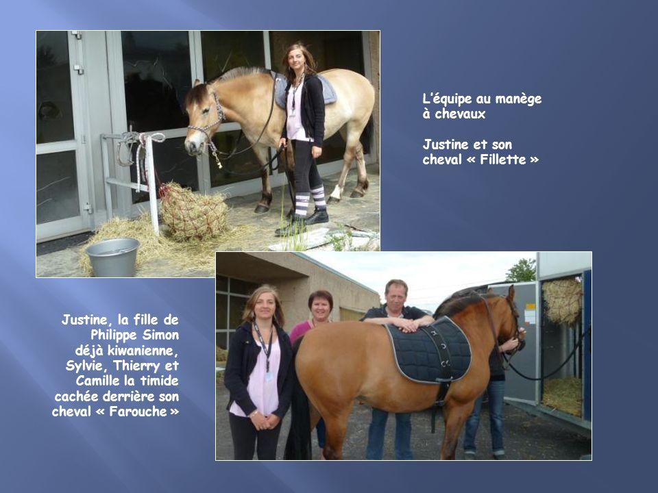 Justine, la fille de Philippe Simon déjà kiwanienne, Sylvie, Thierry et Camille la timide cachée derrière son cheval « Farouche » Léquipe au manège à