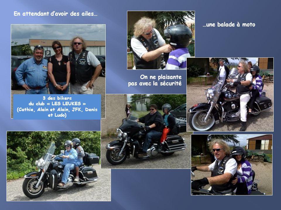 3 des bikers du club « LES LEUKES » (Cathie, Alain et Alain, JFK, Denis et Ludo) On ne plaisante pas avec la sécurité En attendant davoir des ailes… …