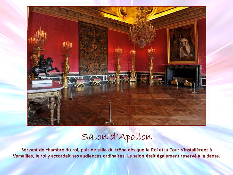 Salon dApollon Servant de chambre du roi, puis de salle du trône dès que le Roi et la Cour s'installèrent à Versailles, le roi y accordait ses audienc