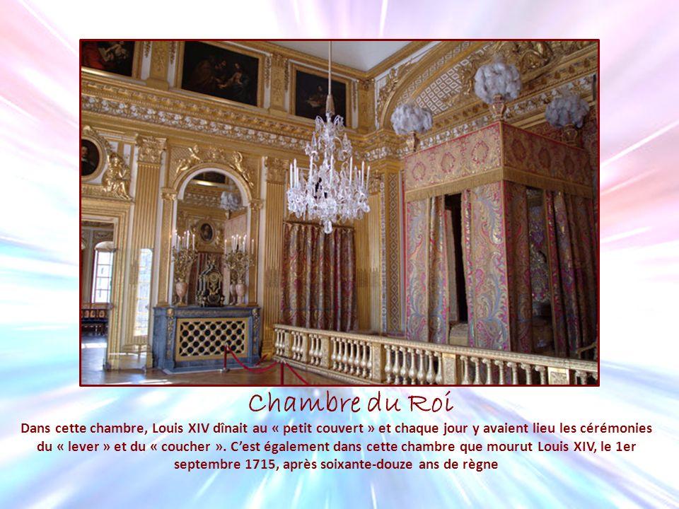 Chambre du Roi Dans cette chambre, Louis XIV dînait au « petit couvert » et chaque jour y avaient lieu les cérémonies du « lever » et du « coucher ».