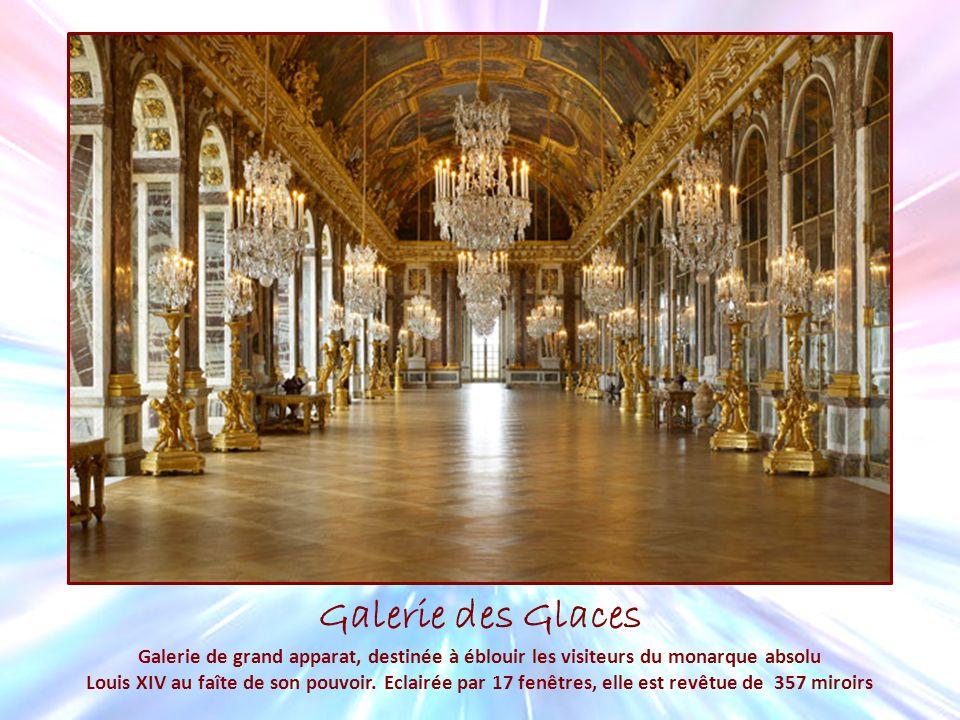 Galerie des Glaces Galerie de grand apparat, destinée à éblouir les visiteurs du monarque absolu Louis XIV au faîte de son pouvoir. Eclairée par 17 fe