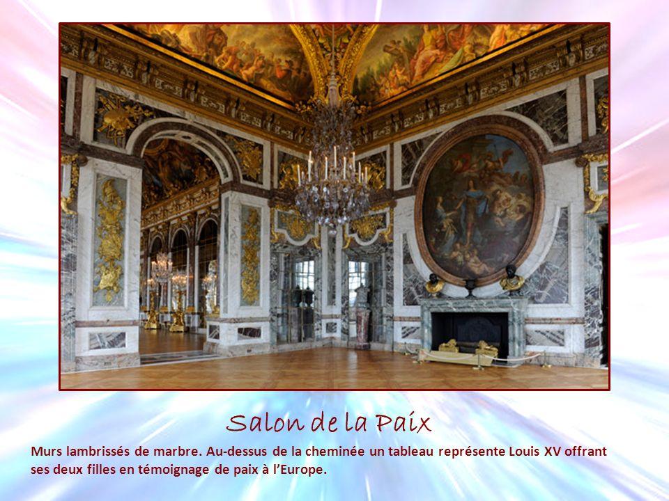 Salon de la Paix Murs lambrissés de marbre. Au-dessus de la cheminée un tableau représente Louis XV offrant ses deux filles en témoignage de paix à lE
