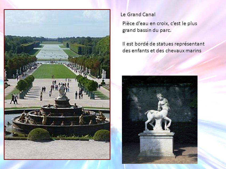 Le Grand Canal Pièce deau en croix, cest le plus grand bassin du parc. Il est bordé de statues représentant des enfants et des chevaux marins