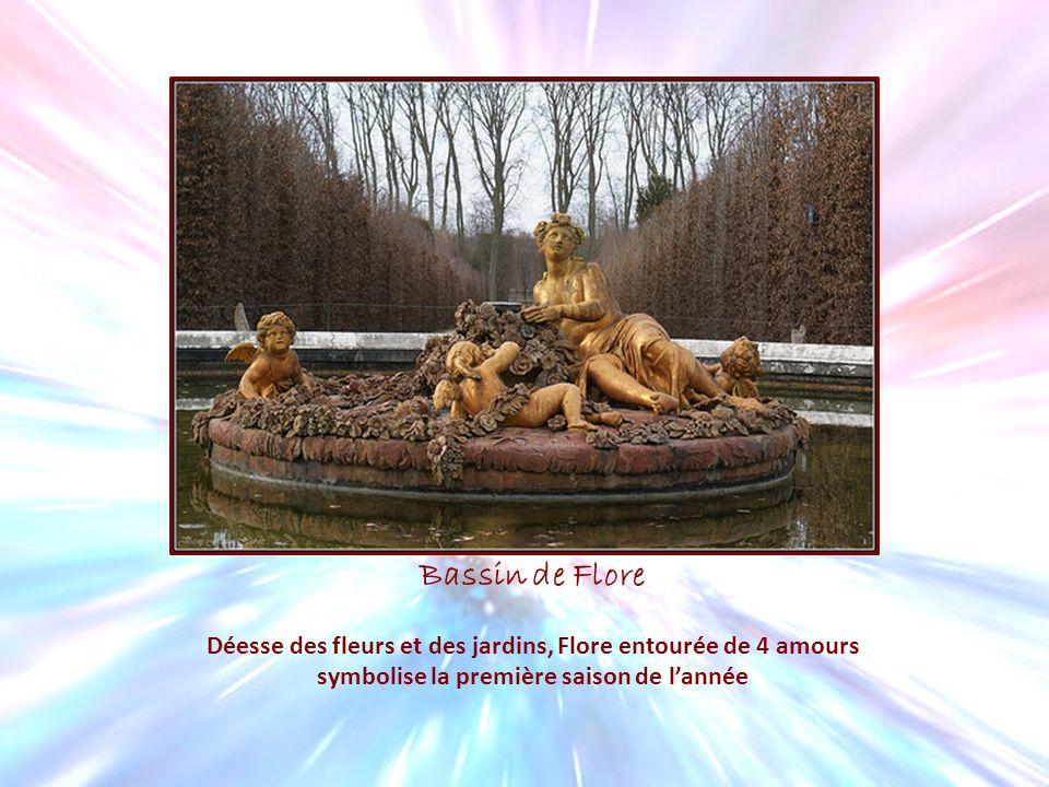Bassin de Flore Déesse des fleurs et des jardins, Flore entourée de 4 amours symbolise la première saison de lannée