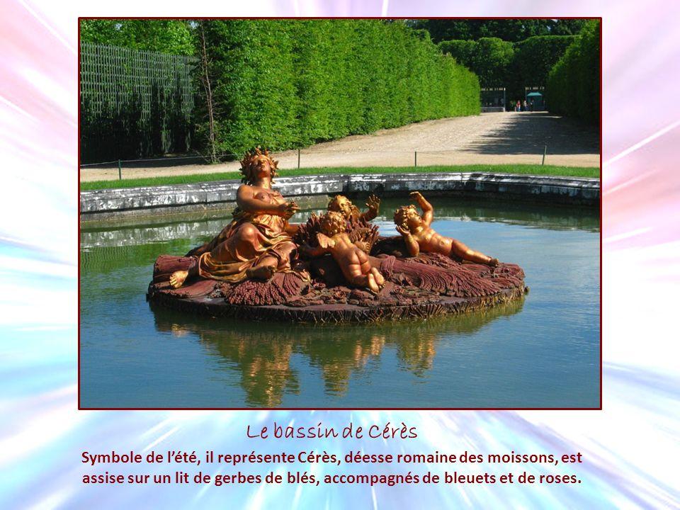 Le bassin de Cérès Symbole de lété, il représente Cérès, déesse romaine des moissons, est assise sur un lit de gerbes de blés, accompagnés de bleuets