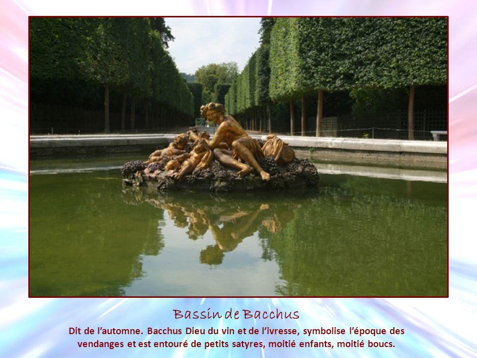 Bassin de Bacchus Dit de lautomne. Bacchus Dieu du vin et de livresse, symbolise lépoque des vendanges et est entouré de petits satyres, moitié enfant
