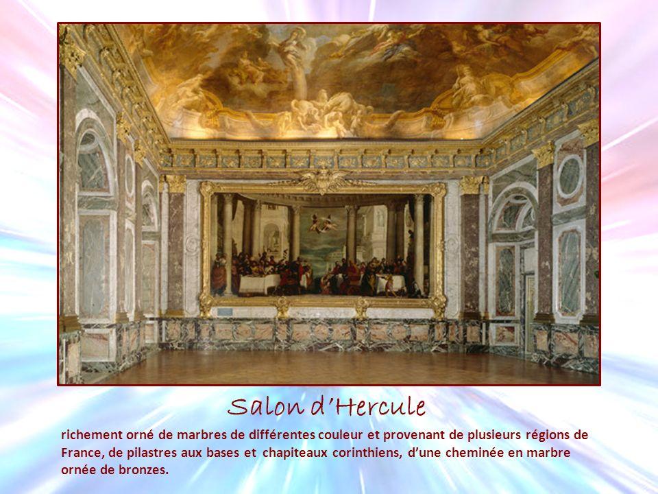 Salon dHercule richement orné de marbres de différentes couleur et provenant de plusieurs régions de France, de pilastres aux bases et chapiteaux cori