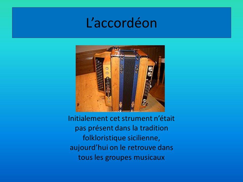 Laccordéon Initialement cet strument nétait pas présent dans la tradition folkloristique sicilienne, aujourdhui on le retrouve dans tous les groupes m