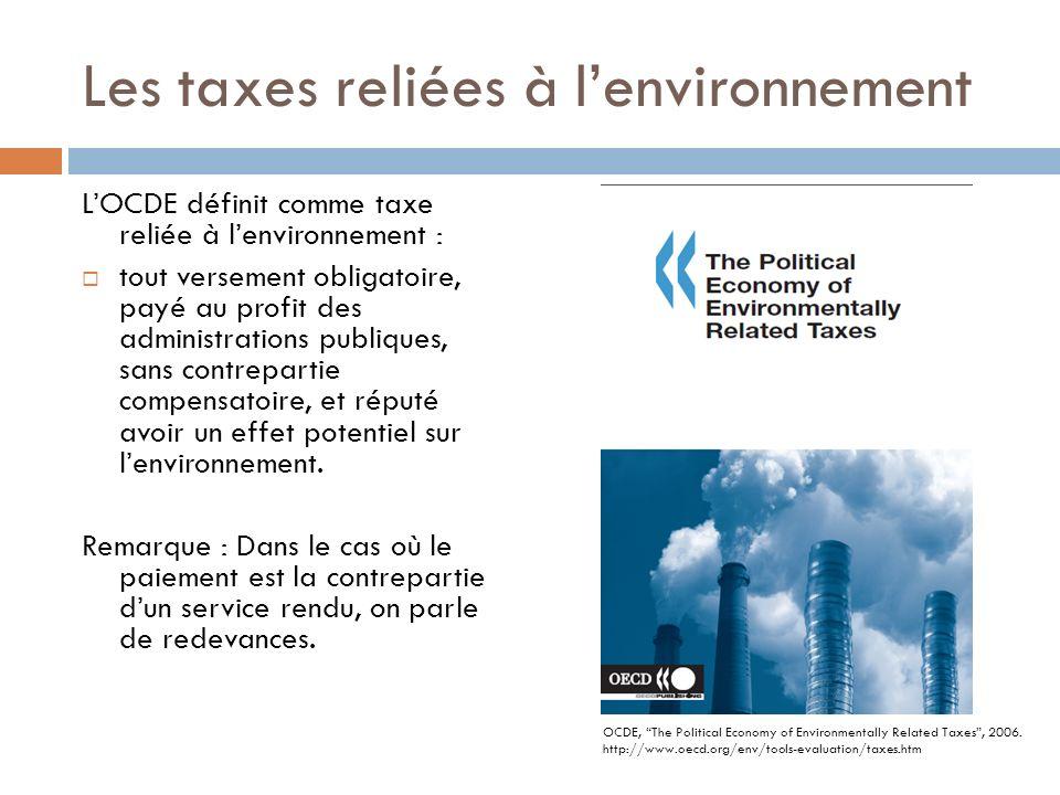 Les taxes reliées à lenvironnement LOCDE définit comme taxe reliée à lenvironnement : tout versement obligatoire, payé au profit des administrations publiques, sans contrepartie compensatoire, et réputé avoir un effet potentiel sur lenvironnement.