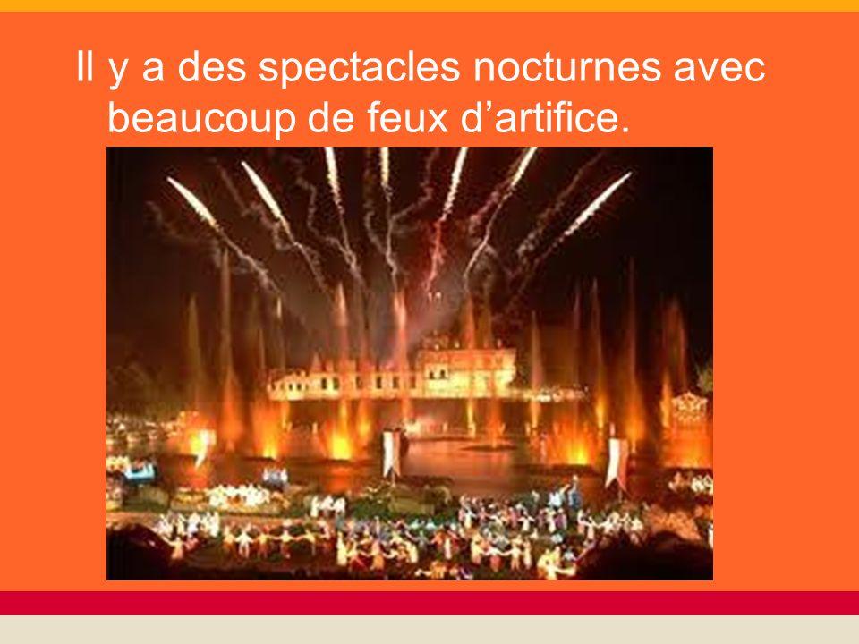 Il y a des spectacles nocturnes avec beaucoup de feux dartifice.