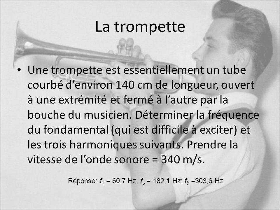 La trompette Une trompette est essentiellement un tube courbé denviron 140 cm de longueur, ouvert à une extrémité et fermé à lautre par la bouche du m