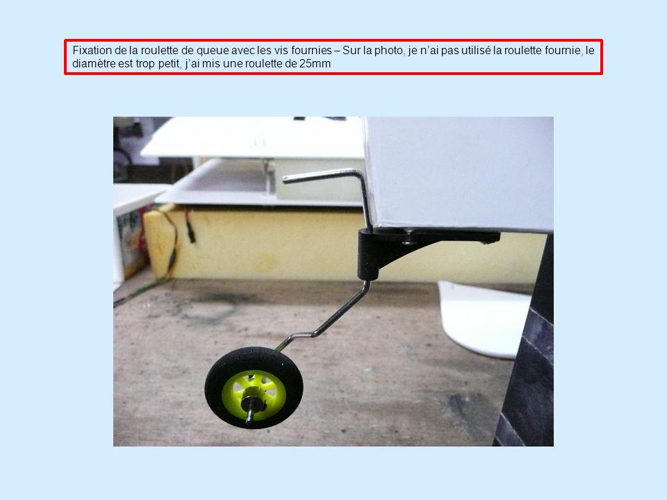 Fixation de la roulette de queue avec les vis fournies – Sur la photo, je nai pas utilisé la roulette fournie, le diamètre est trop petit, jai mis une roulette de 25mm