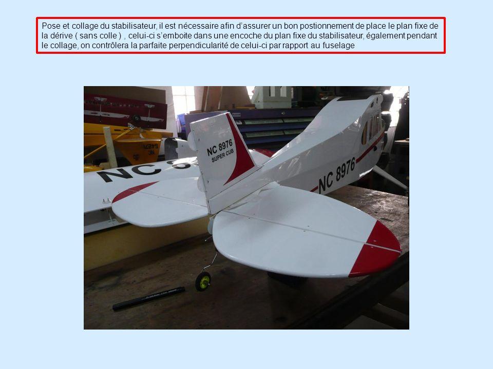 Pose et collage du stabilisateur, il est nécessaire afin dassurer un bon postionnement de place le plan fixe de la dérive ( sans colle ), celui-ci semboite dans une encoche du plan fixe du stabilisateur, également pendant le collage, on contrôlera la parfaite perpendicularité de celui-ci par rapport au fuselage