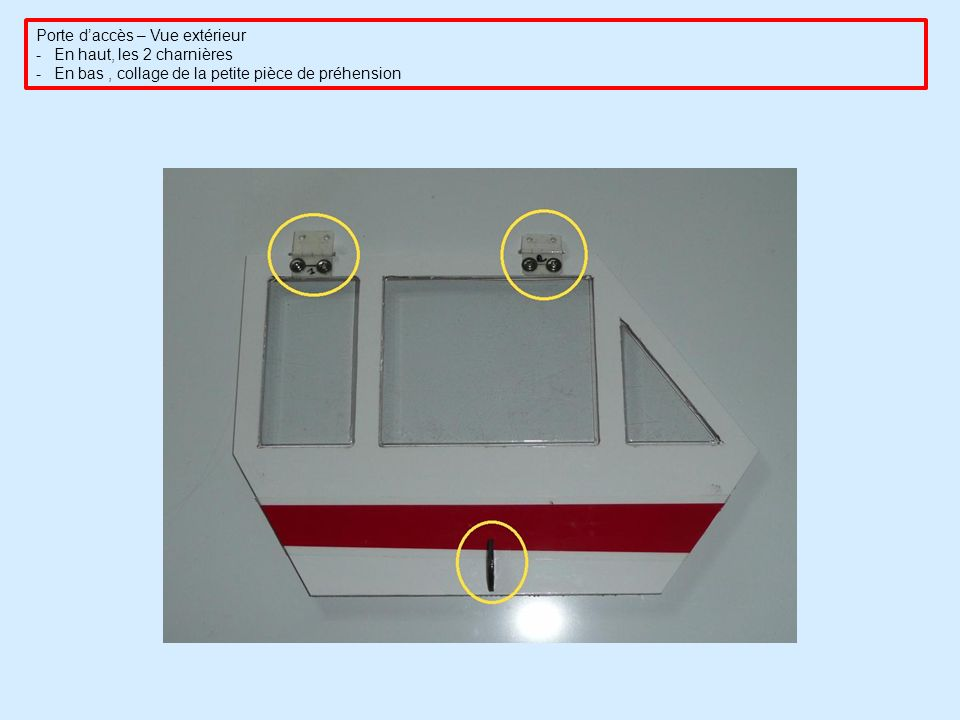 Porte daccès – Vue extérieur -En haut, les 2 charnières -En bas, collage de la petite pièce de préhension