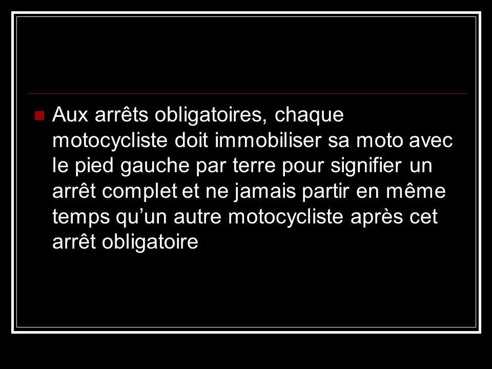Formation de parade (colonne) Les motos se suivent en formation de damier et forme un seul groupe Toujours observer les motocyclistes devant vous et étudier leur façon de conduire Toujours rouler en formation damier (jamais rouler en double dans la même voie) X
