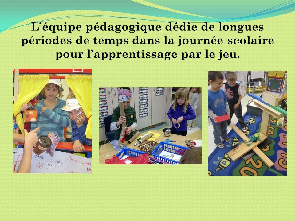 Léquipe pédagogique dédie de longues périodes de temps dans la journée scolaire pour lapprentissage par le jeu.