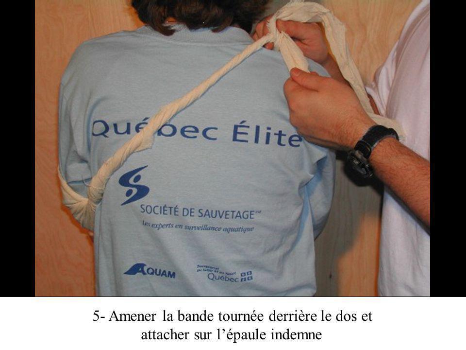 5- Amener la bande tournée derrière le dos et attacher sur lépaule indemne