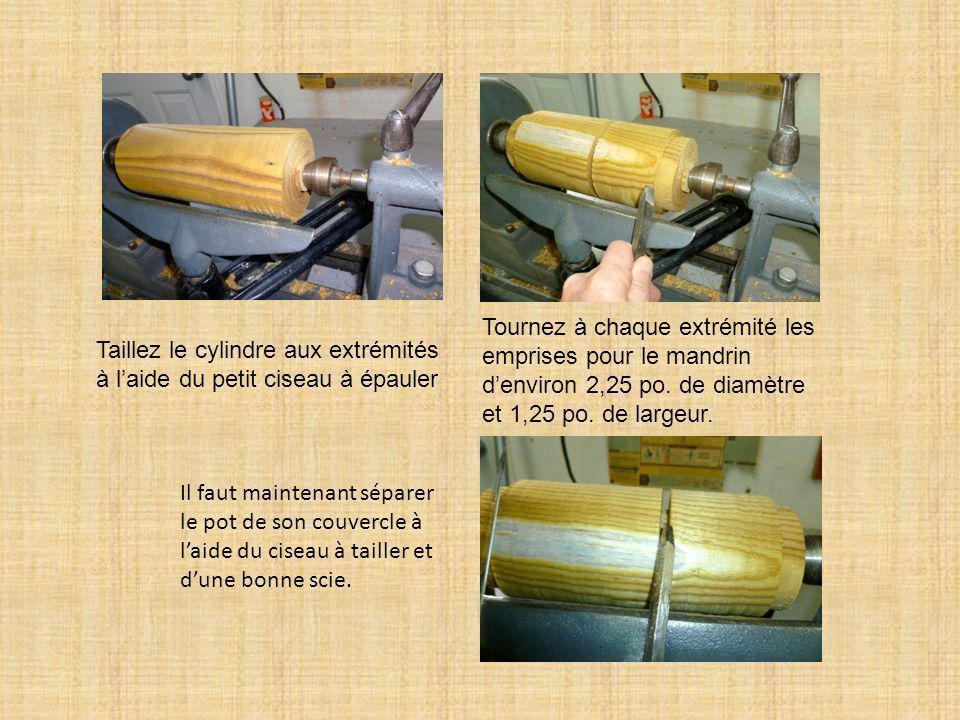 Taillez le cylindre aux extrémités à laide du petit ciseau à épauler Tournez à chaque extrémité les emprises pour le mandrin denviron 2,25 po. de diam