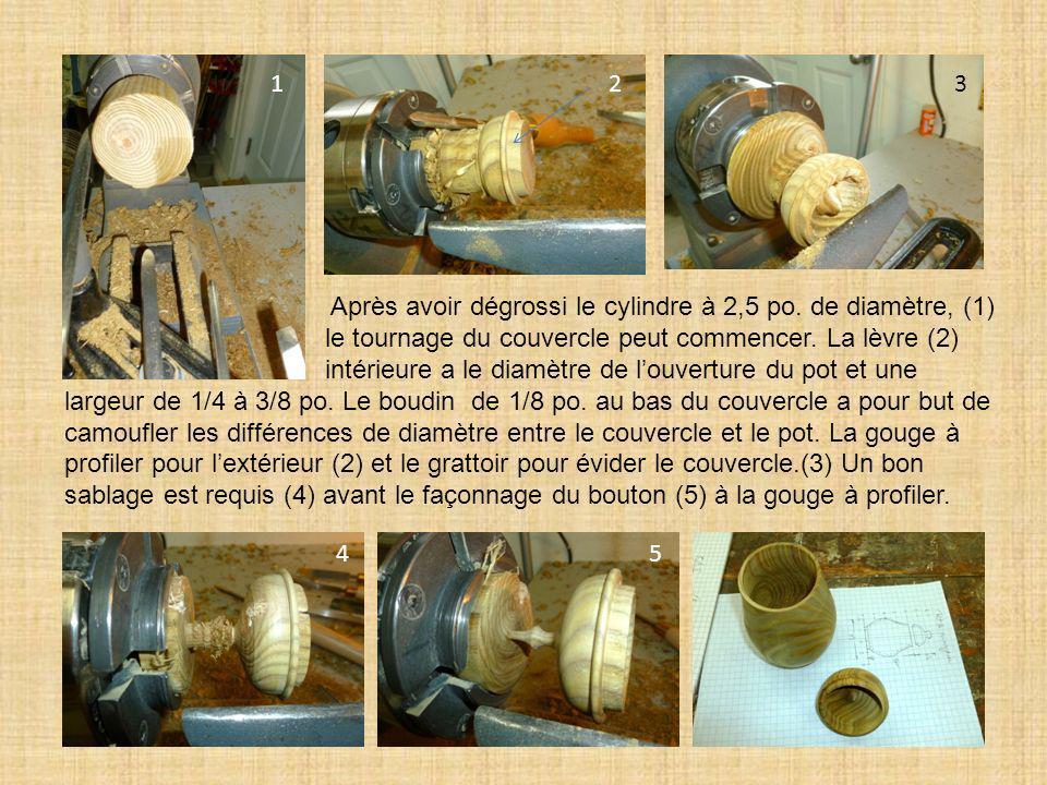 Après avoir dégrossi le cylindre à 2,5 po. de diamètre, (1) le tournage du couvercle peut commencer. La lèvre (2) intérieure a le diamètre de louvertu