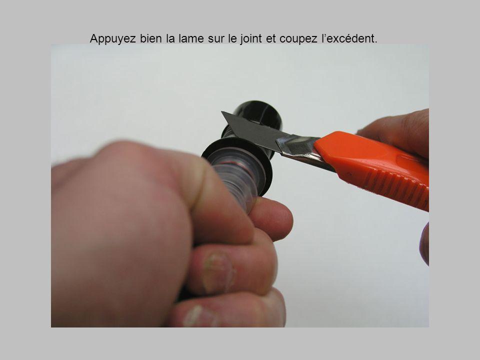 Appuyez bien la lame sur le joint et coupez lexcédent.