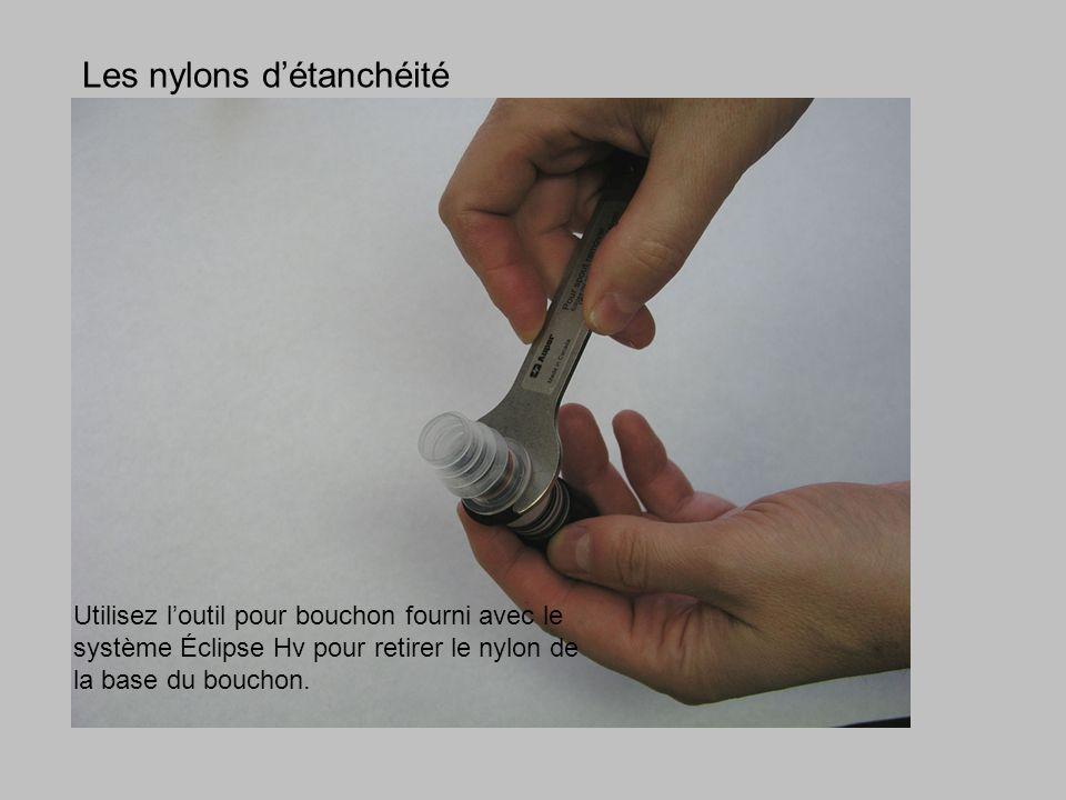 Utilisez loutil pour bouchon fourni avec le système Éclipse Hv pour retirer le nylon de la base du bouchon. Les nylons détanchéité