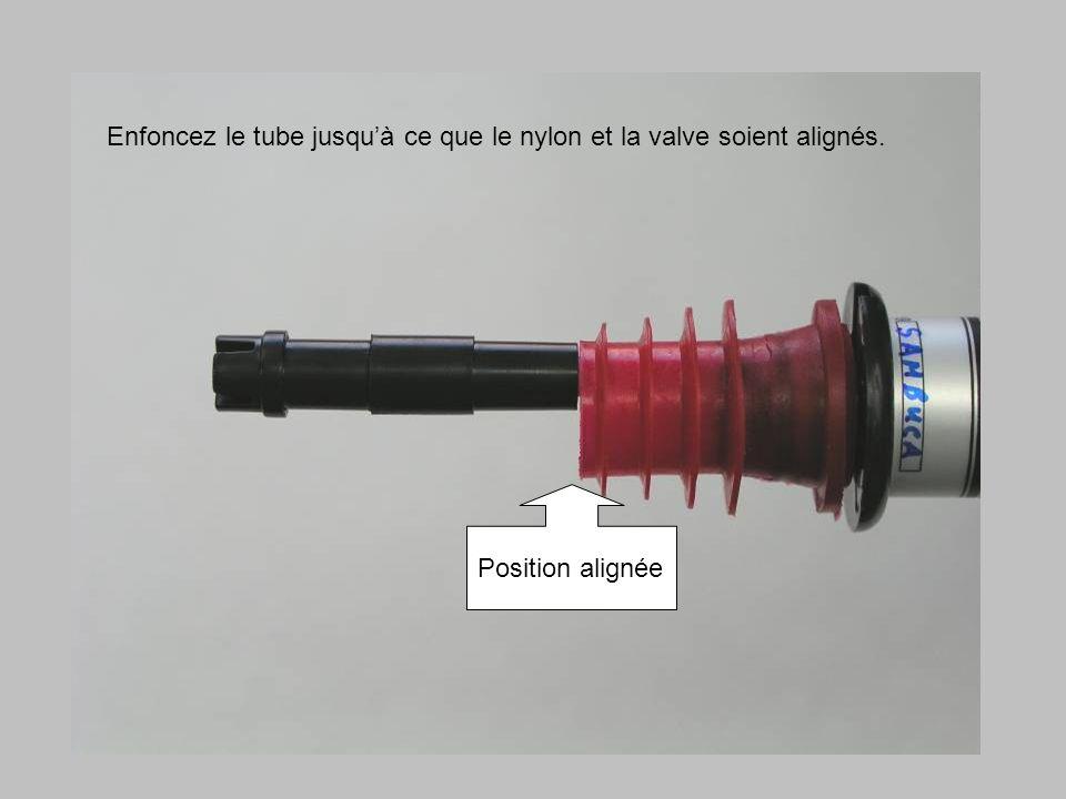 Enfoncez le tube jusquà ce que le nylon et la valve soient alignés. Position alignée