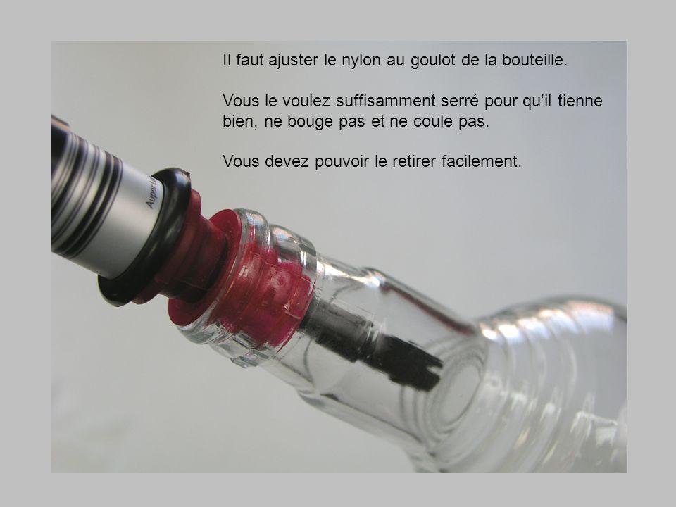 Il faut ajuster le nylon au goulot de la bouteille. Vous le voulez suffisamment serré pour quil tienne bien, ne bouge pas et ne coule pas. Vous devez