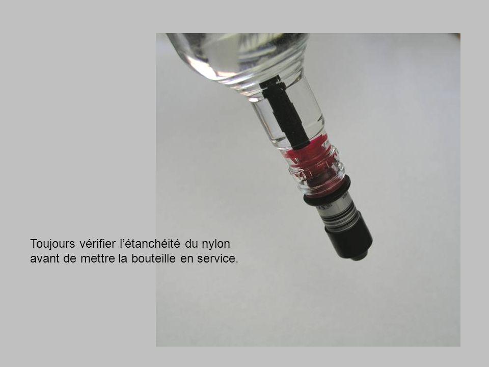 Toujours vérifier létanchéité du nylon avant de mettre la bouteille en service.
