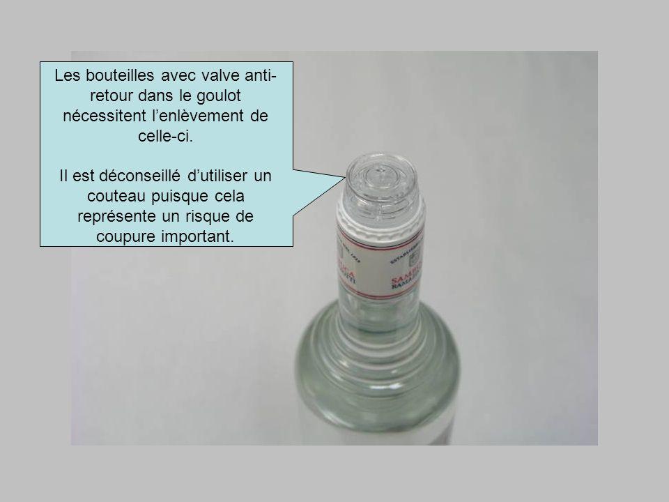 Les bouteilles avec valve anti- retour dans le goulot nécessitent lenlèvement de celle-ci. Il est déconseillé dutiliser un couteau puisque cela représ