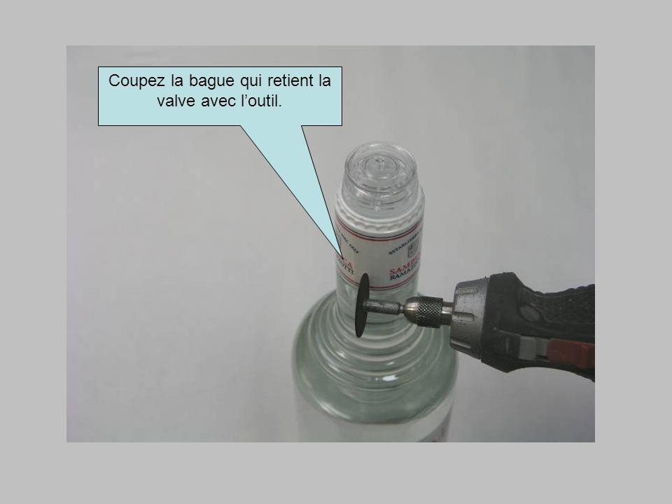 Coupez la bague qui retient la valve avec loutil.