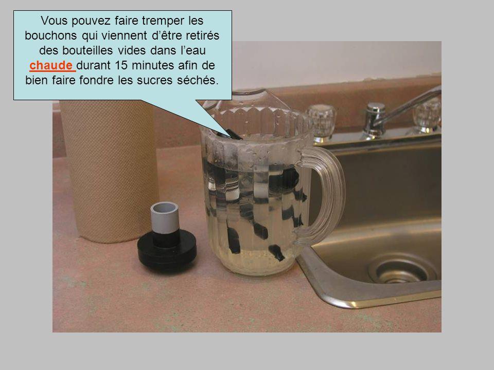 Vous pouvez faire tremper les bouchons qui viennent dêtre retirés des bouteilles vides dans leau chaude durant 15 minutes afin de bien faire fondre le