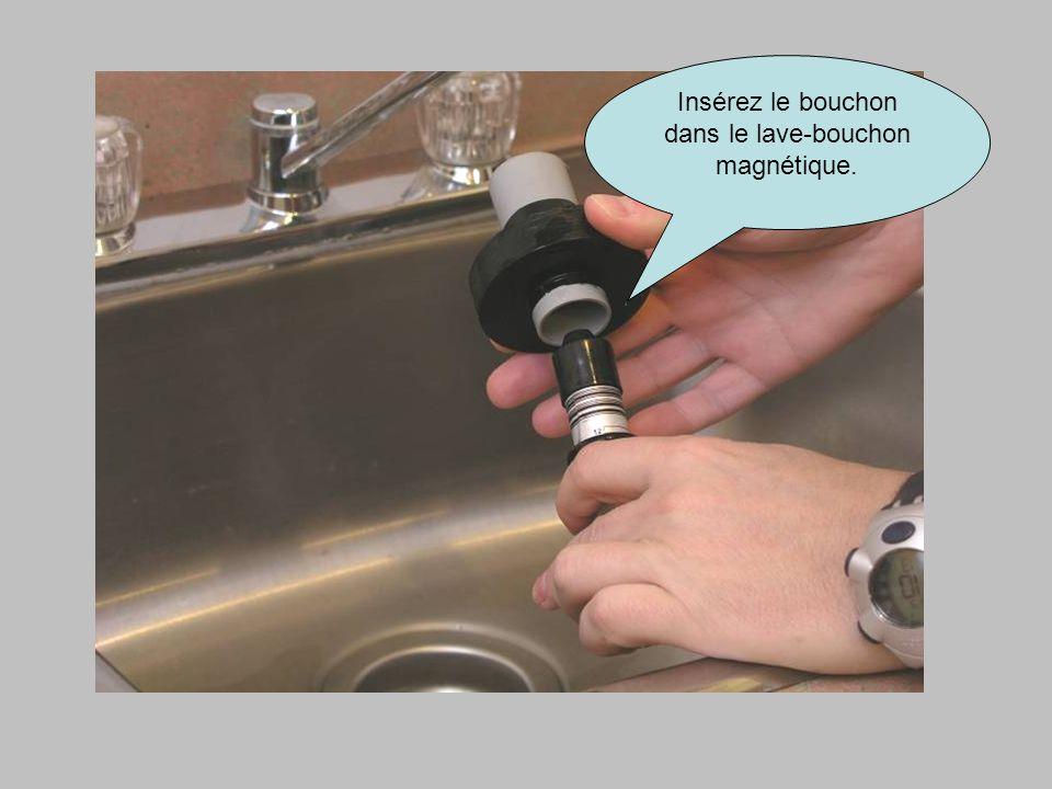 Insérez le bouchon dans le lave-bouchon magnétique.