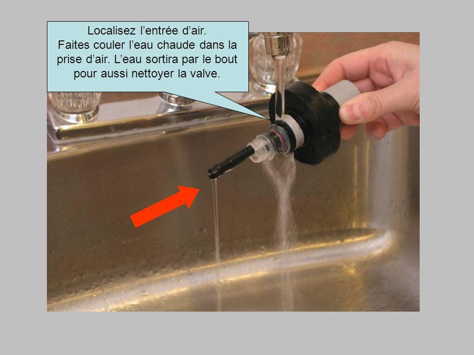 Localisez lentrée dair. Faites couler leau chaude dans la prise dair. Leau sortira par le bout pour aussi nettoyer la valve.