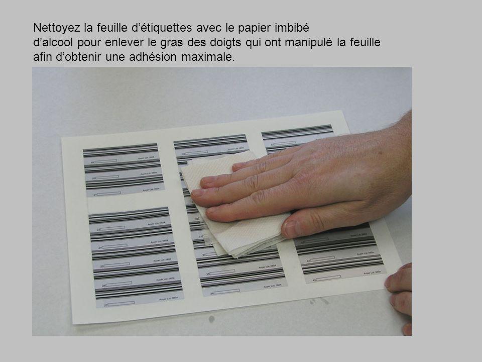 Nettoyez la feuille détiquettes avec le papier imbibé dalcool pour enlever le gras des doigts qui ont manipulé la feuille afin dobtenir une adhésion maximale.