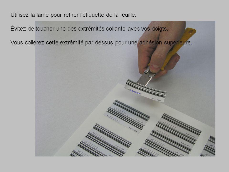 Utilisez la lame pour retirer létiquette de la feuille. Évitez de toucher une des extrémités collante avec vos doigts. Vous collerez cette extrémité p