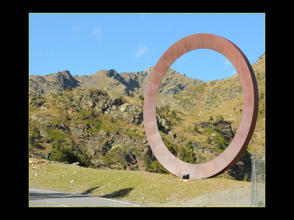 Mauro Staccioli est un spécialiste de sculptures monumentales de plein air de forme géométrique