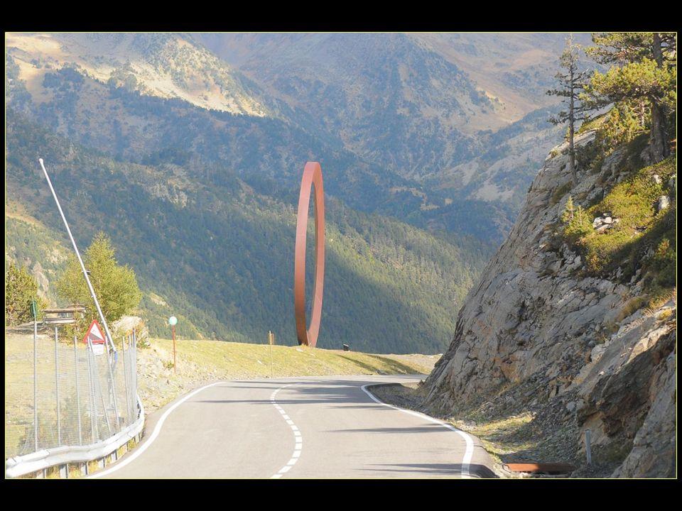 Mario Staccioli a élevé un anneau dacier de douze mètres de diamètre, sur le point de rouler sur le versant, comme un défi des formes parfaites aux lois de la nature