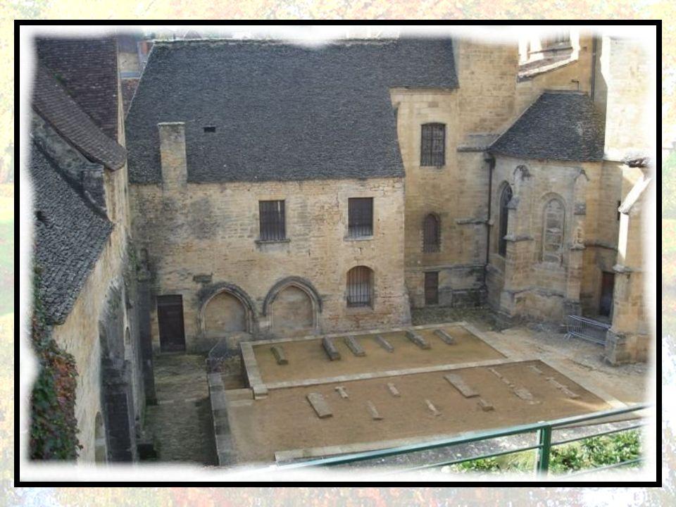 Elle a su demeurer indépendante et s'est placée en 1153 sous la protection directe du Saint-Siège à Rome. À partir du XIV e siècle, évêques et consuls