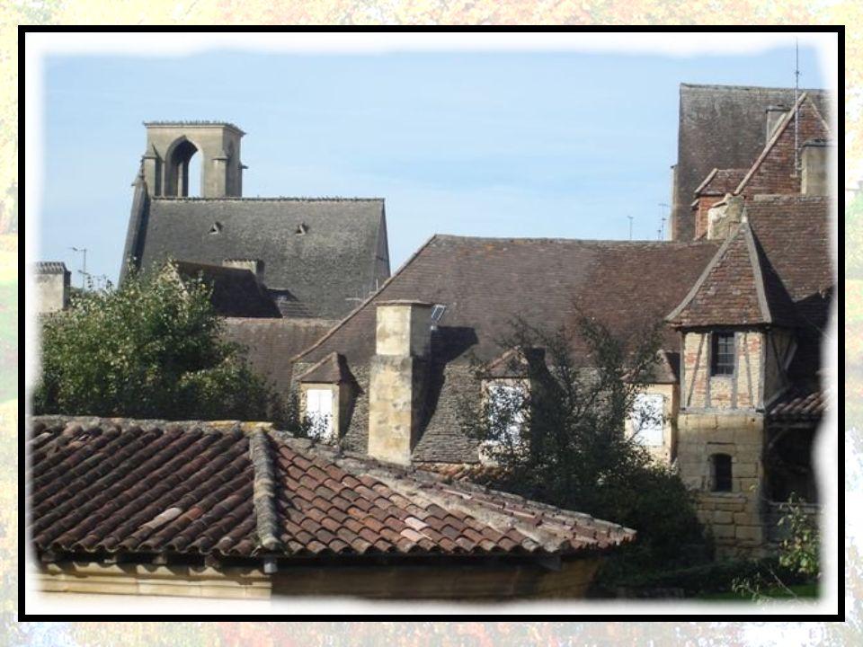 La Fronde met fin à cette période favorable en 1652. Sarlat est de nouveau occupée par les troupes de Condé. Elle s'en délivre dans le sang. La qualit