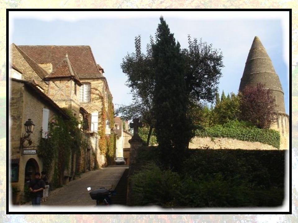 La lanterne des morts. Lanterne des morts ou tour Saint-Bernard (XII e siècle) de près de 10 m de haut, assez rare en France. Elle a servi occasionnel
