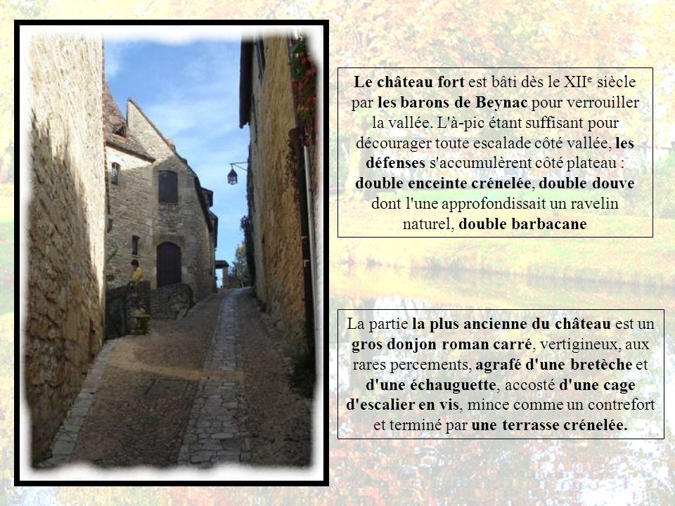 Le château fort est bâti dès le XII e siècle par les barons de Beynac pour verrouiller la vallée.