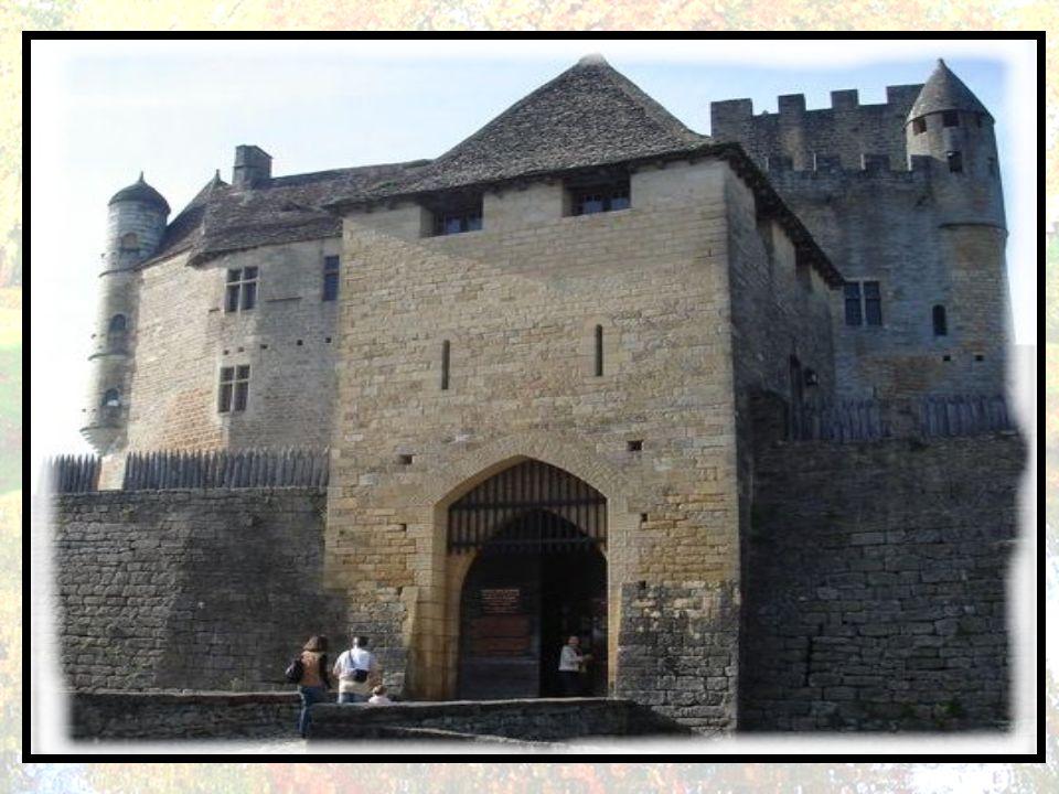 Le château fort est bâti dès le XII e siècle par les barons de Beynac pour verrouiller la vallée. L'à-pic étant suffisant pour décourager toute escala