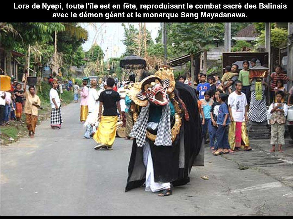 La veille de Nyepi, les Balinais se retrouvent en famille. Ils vont ensuite au Pura Desa, le temple des cérémonies officielles, où ils font les offran