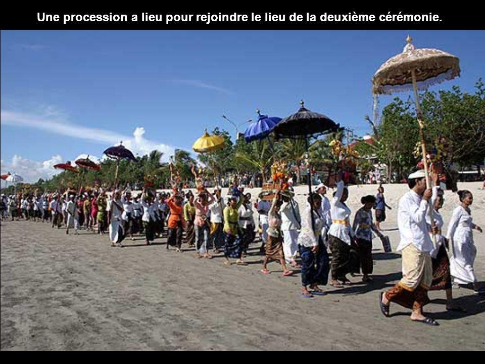 Lors de Nyepi, toute l'île est en fête, reproduisant le combat sacré des Balinais avec le démon géant et le monarque Sang Mayadanawa.