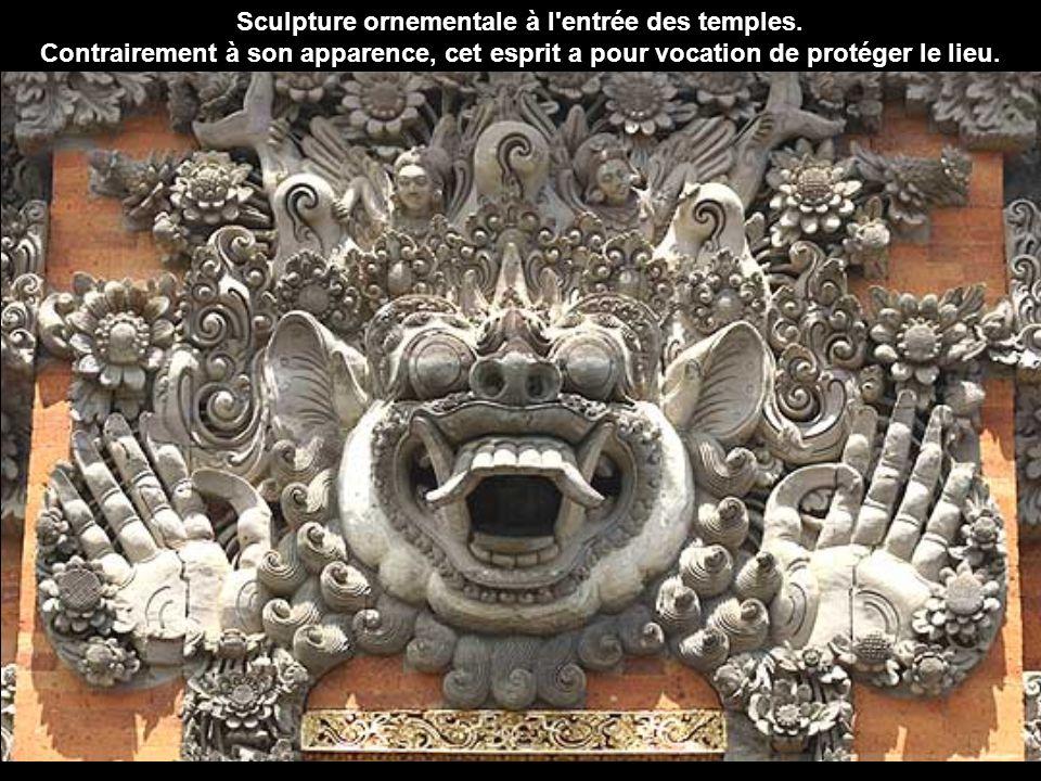 Sculpture ornementale à l entrée des temples.