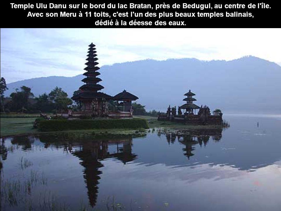 Temple Ulu Danu sur le bord du lac Bratan, près de Bedugul, au centre de l île.
